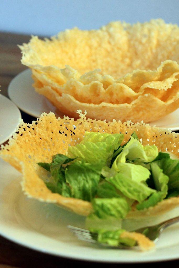 Une salade César dans un bol en parmesan.