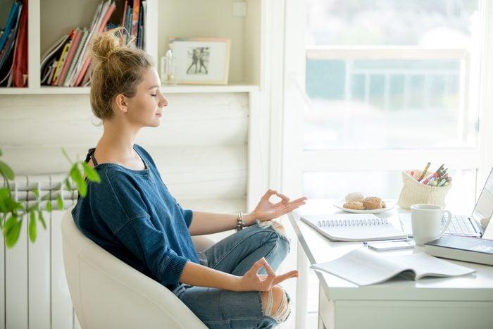 Avant une réunion ou un événement stressant, commencez par respirer en utilisation des techniques de respiration. Un peu de yoga et de méditation peuvent aussi aider.