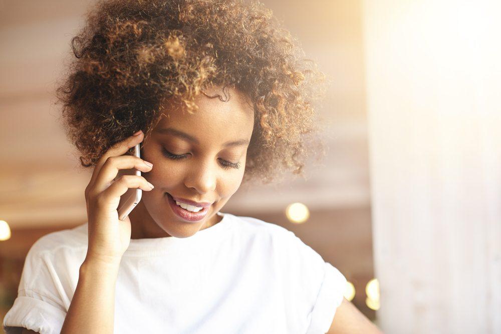 Avoir une discussion sur un tout autre sujet peut aider à retrouver ses esprits lorsque l'anxiété est trop grande.