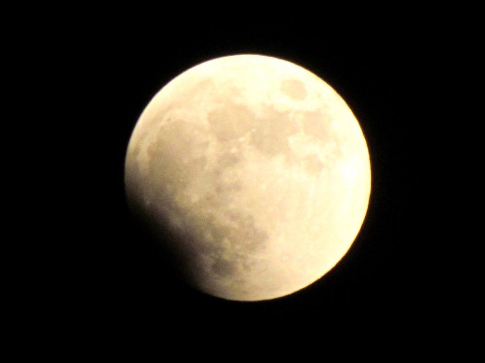 Le triple alignement entre la Lune, la Terre et le Soleil donne lieu à une éclipse de Lune.