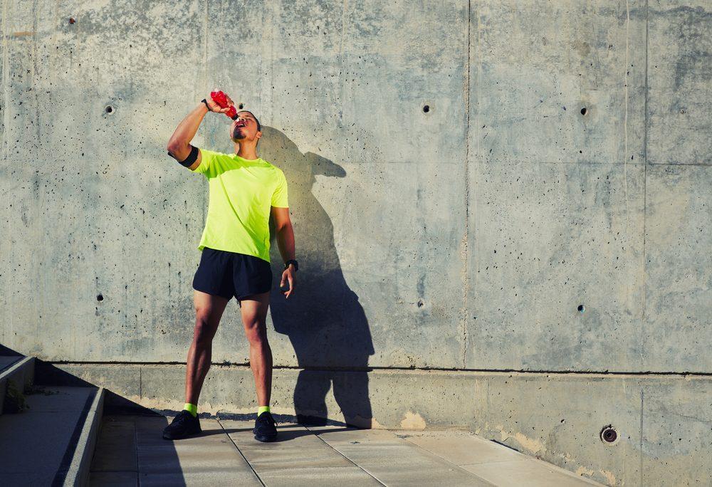 Une visière permet de protéger du soleil sans augmenter la température de la tête. De plus, elle empêche la sueur de glisser dans le visage.