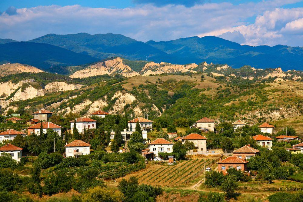 L'industrie viticole bulgare a été gravement ébranlée par l'effondrement soviétique. Le pays reste peu connu comme destination touristique, mais ses 5 régions viticoles sont en train de gagner du terrain et de se faire connaître.