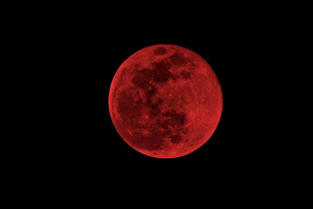 Lorsque la pleine lune apparaît dans le ciel et qu'elle se trouve près de l'horizon, la lune semble rouge, en raison de la lumière qui agit comme un filtre.