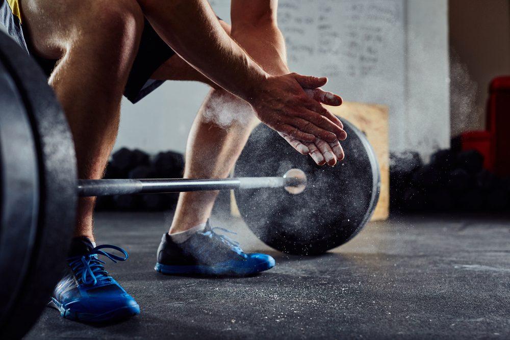 Soulever des poids est un bon moyen de brûler des calories.