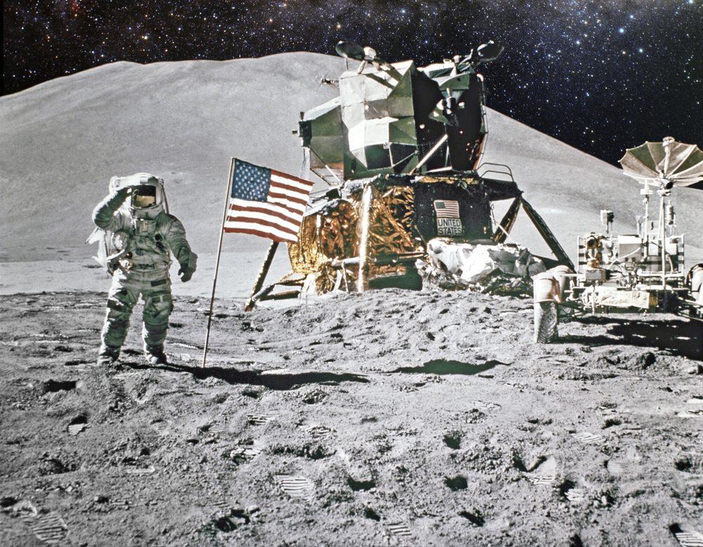 L'attraction gravitationnelle est plus faible sur le lune que sur la terre, car la masse de la lune est plus petite que la terre. C'est pourquoi sur la lune, vous ne pèseriez que 16% de votre poids!