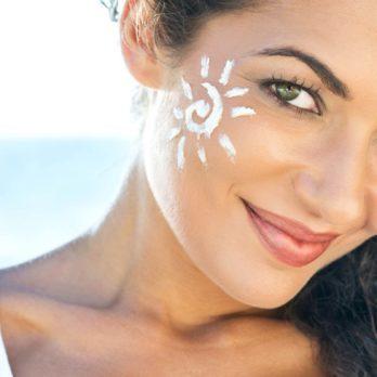 Votre peau est sujette à l'acné? Lisez ceci avant d'appliquer de la lotion solaire.
