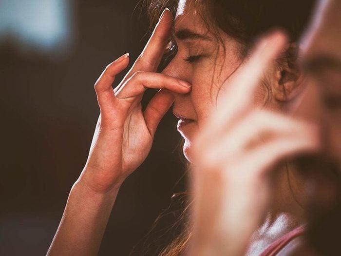 Essayez la respiration alternée ou yogique, pour calmer l'anxiété sociale.