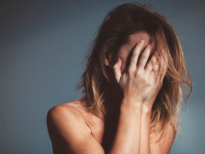 L'anxiété sociale se développe à partir d'un ensemble de facteurs.