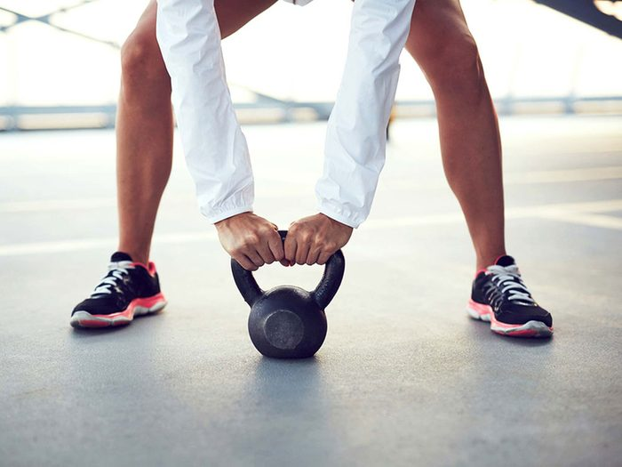 Le kettlebell est un bon moyen de brûler des calories sans avoir besoin de courir!