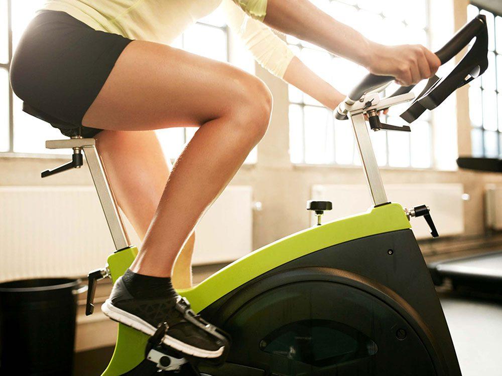 Le vélo stationnaire peut remplacer la course et vous faire brûler beaucoup de calories.