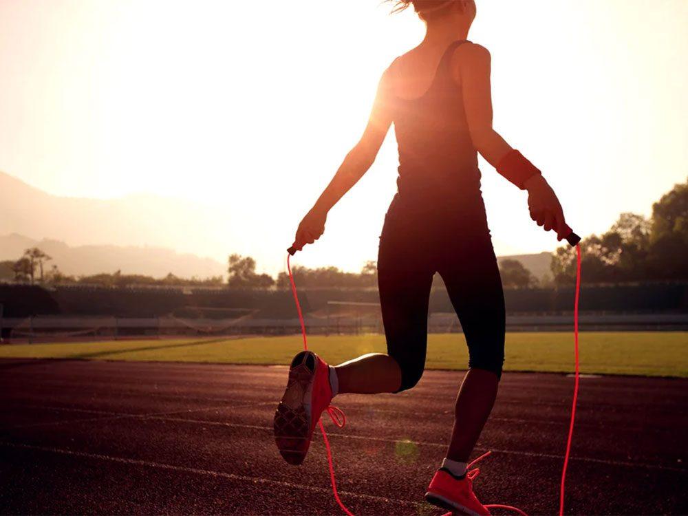 Le saut à la corde est un bon moyen de vous faire brûler beaucoup de calories.