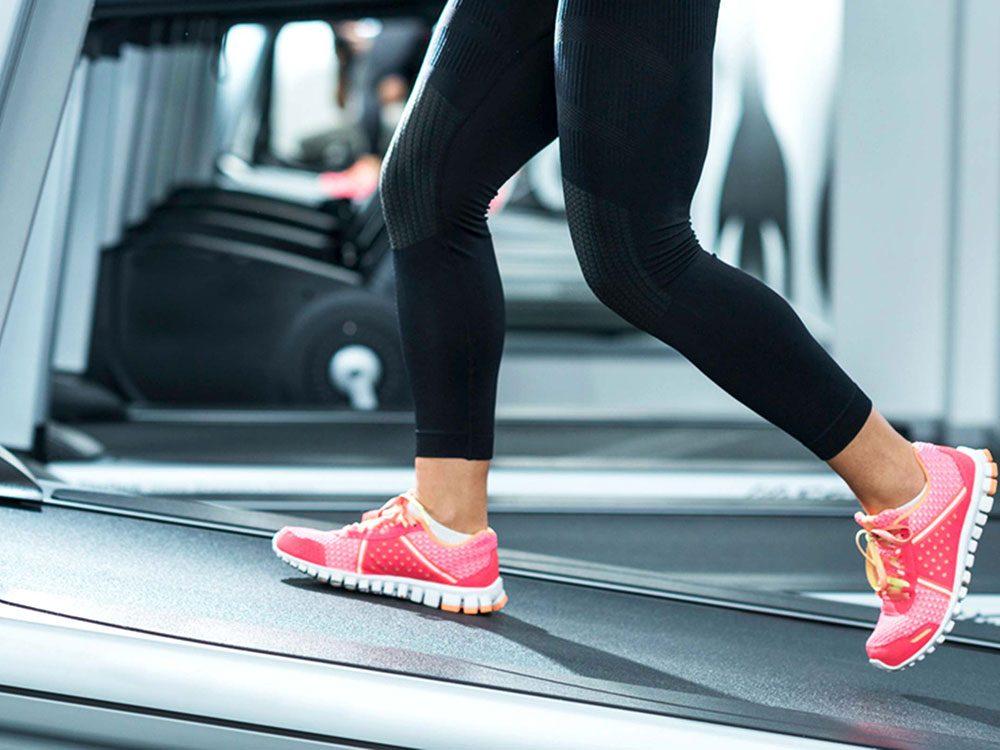 Le tapis roulant, surtout incliné, est un excellent sport pour brûler des calories.