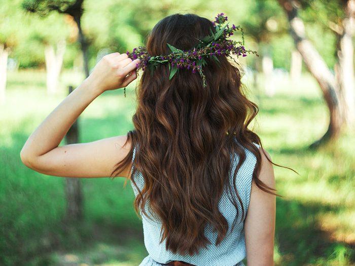 Coiffure d'été: les cheveux libres.