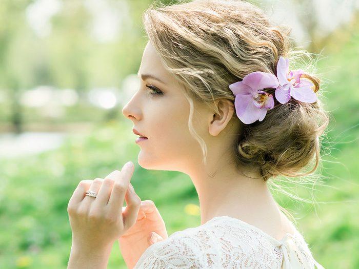 Coiffure d'été: mettez des fleurs dans vos cheveux.
