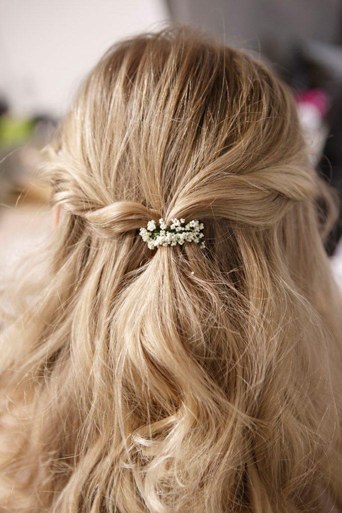Rehaussez votre coiffure d'été avec des fleurs