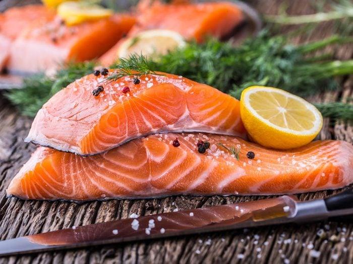 Réduisez le risque de coup de soleil en mangeant du saumon.