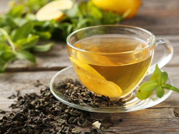 Limitez le risque de coup de soleil avec le thé vert.