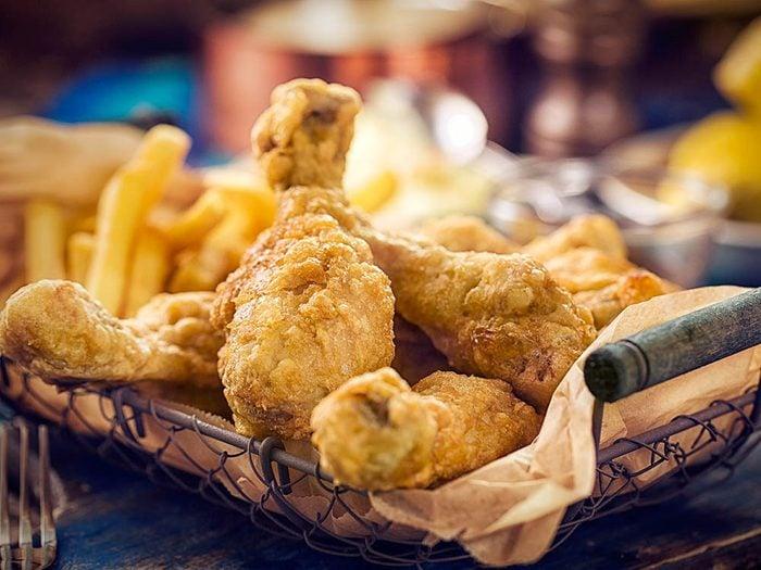 Les brûlures d'estomac peuvent être provoquées par les aliments gras.