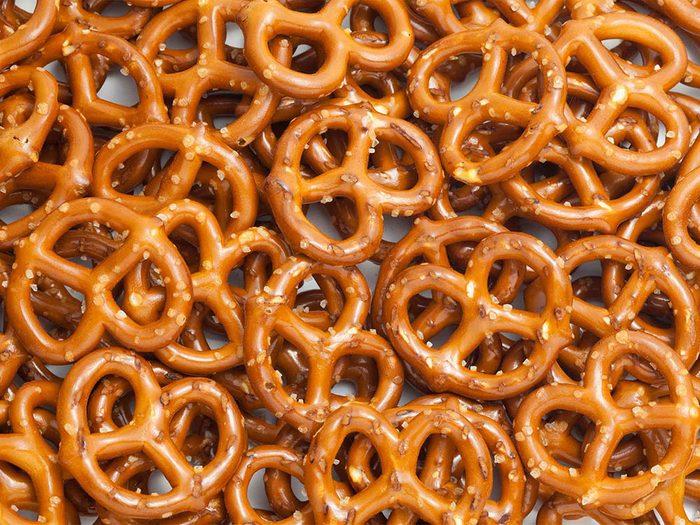 Les brûlures d'estomac peuvent être provoquées par des aliments très salés.