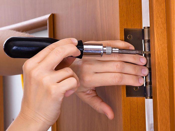 Maison: Bloquez les fuites d'air au niveau des portes à l'aide d'un tournevis.