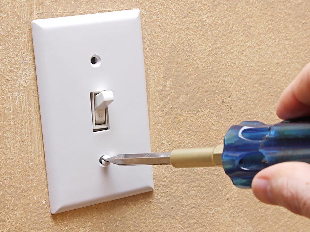 Maison: peignez vos interrupteurs avec de la peinture fluo.