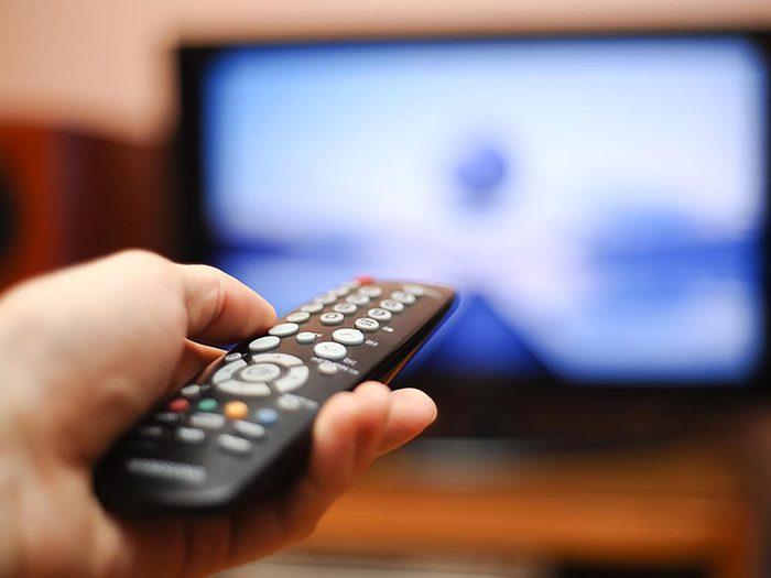 Fixez la télécommande de la télévision sous l'extrémité de la table du salon.