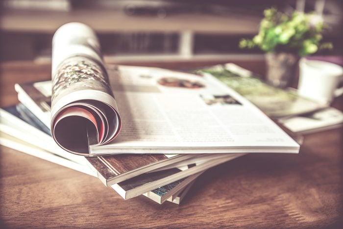 Épurer la maison: rassembler les magazines