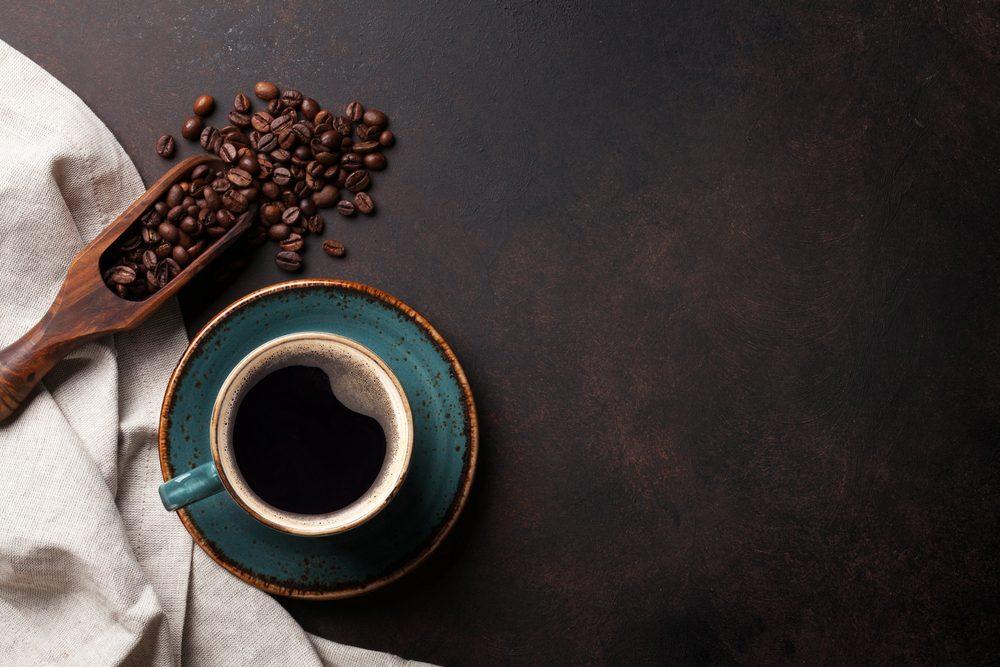 Le café peut tâcher les dents.