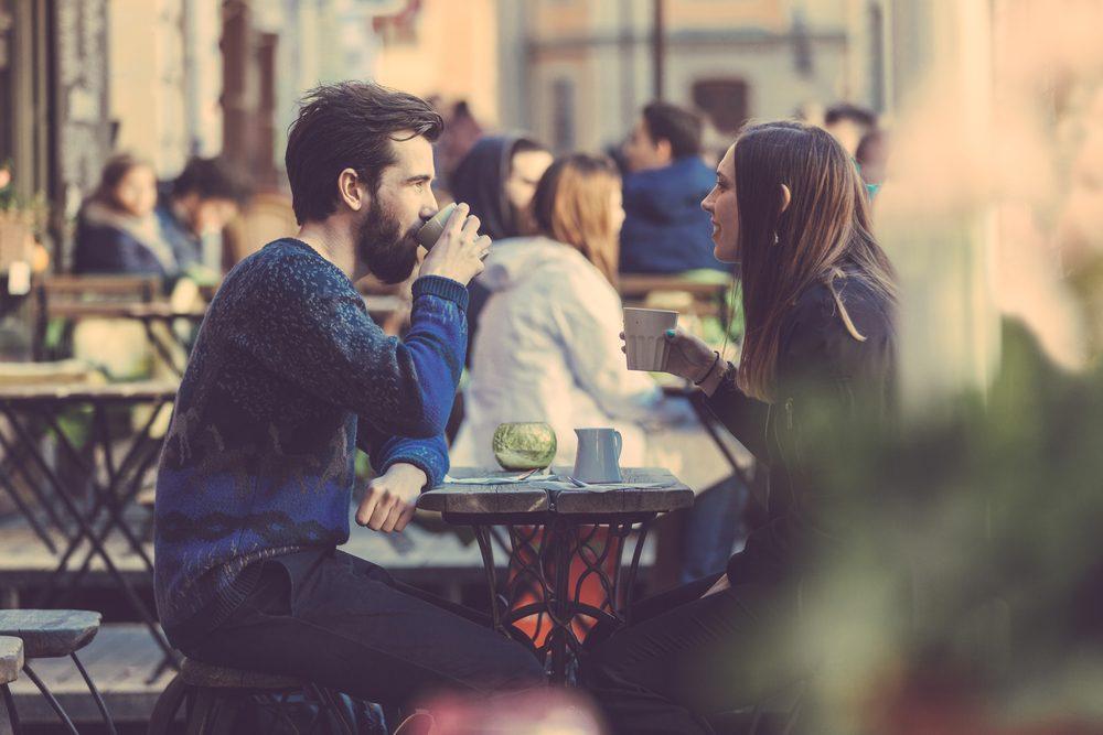 Boire du café peut rendre fébrile et provoquer des palpitations.