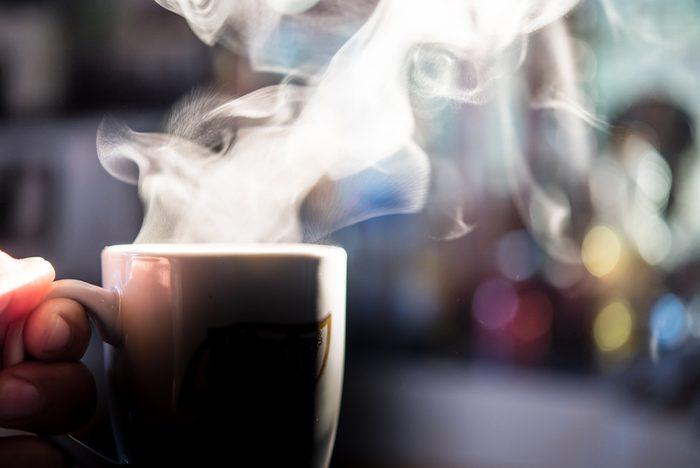 Boire son café trop chaud peut brûler la langue.
