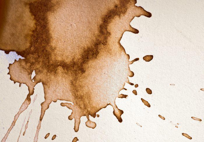 La café tend à tâcher les vêtements.