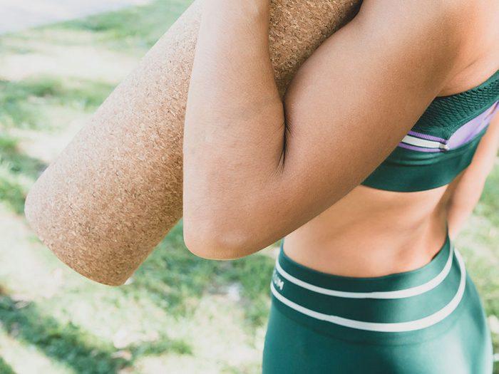 Un tapis de yoga en liège pour s'entrainer l'été.