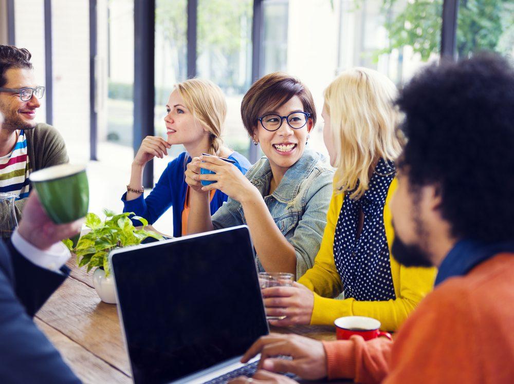 Si vous devez rencontrer un client ou assister à une conférence avec des collègues, apportez un vêtement de plus pour vous couvrir.