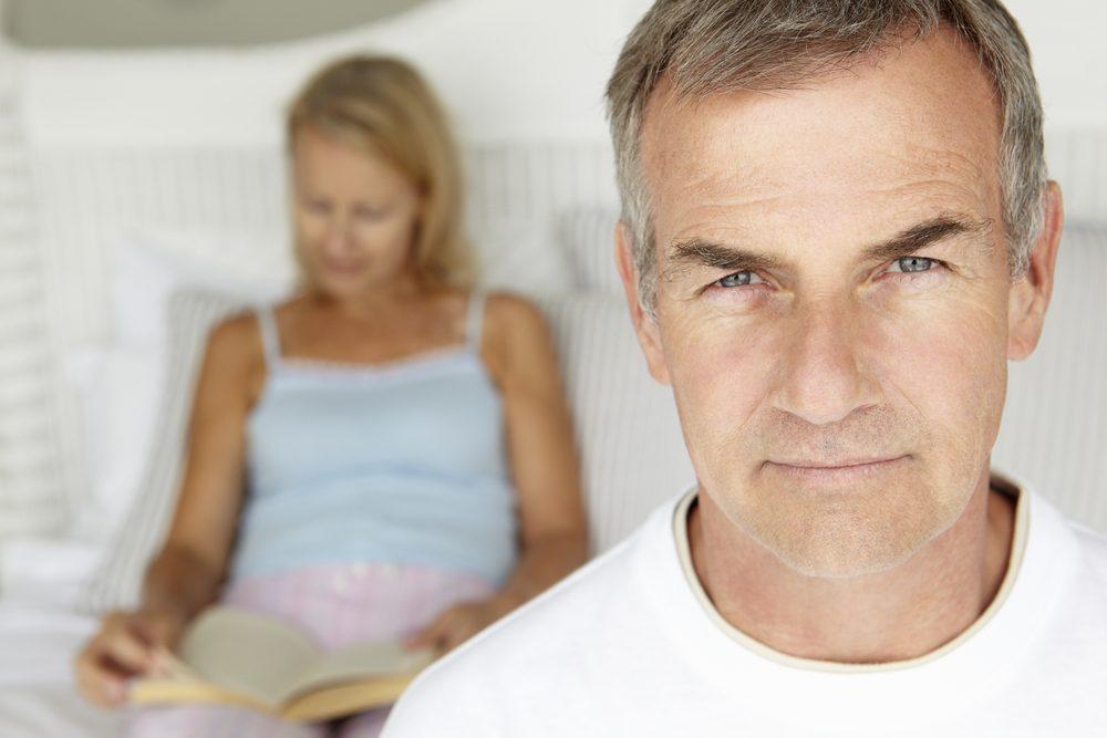 Au cours de leur quarantaine, les hommes peuvent commencer à avoir des problèmes érectiles.