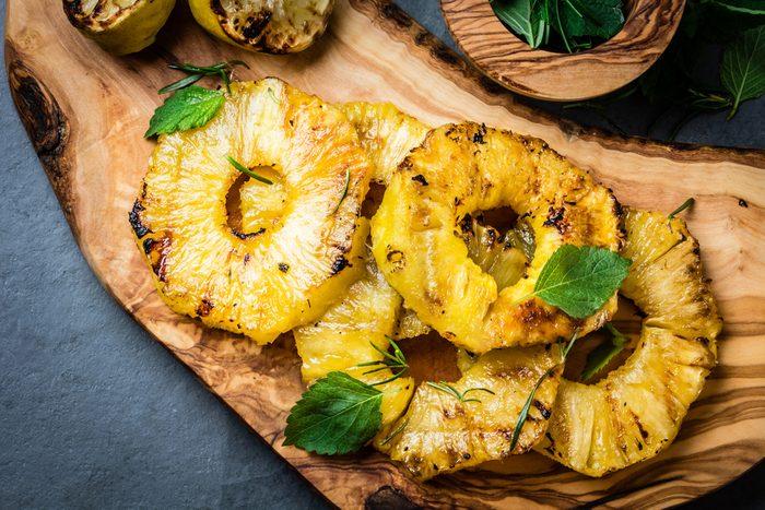 Passez au gril des fruits tels que l'ananas et la pastèque afin d'en rehausser le goût sans pour autant en altérer la valeur nutritionnelle.