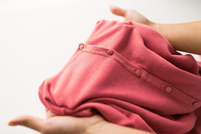 Laisser une veste ou un gilet au bureau permet de contrer les effets de la clim.