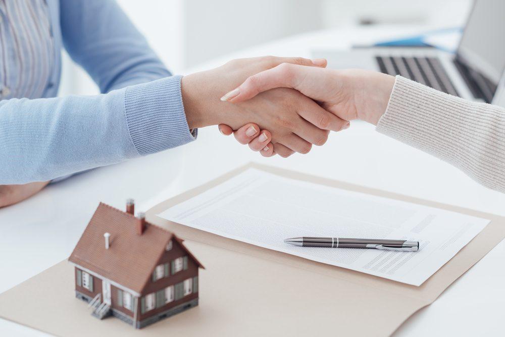 Il ne suffit pas de signer quelques papiers pour devenir propriétaire. Il y a une tonne de documents à amasser et le processus d'approbation est plutôt long.
