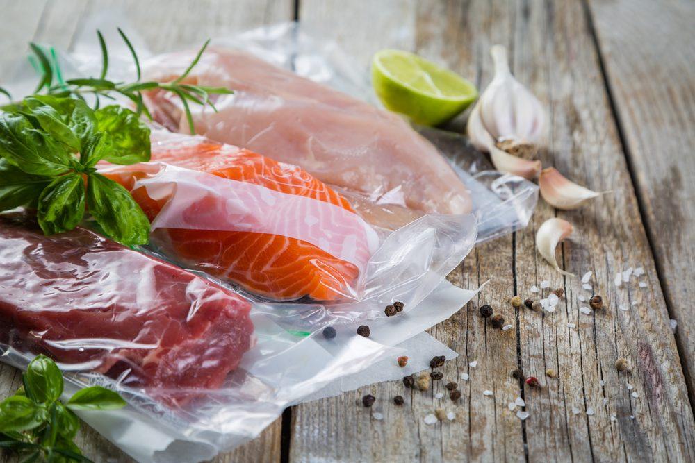La cuisson sous vide, où on fait cuire les aliments dans des sachets scellés et ne contenant pas d'air, connaît un succès grandissant et certaines études en démontrent les vertus nutritionnelles pour certains aliments.