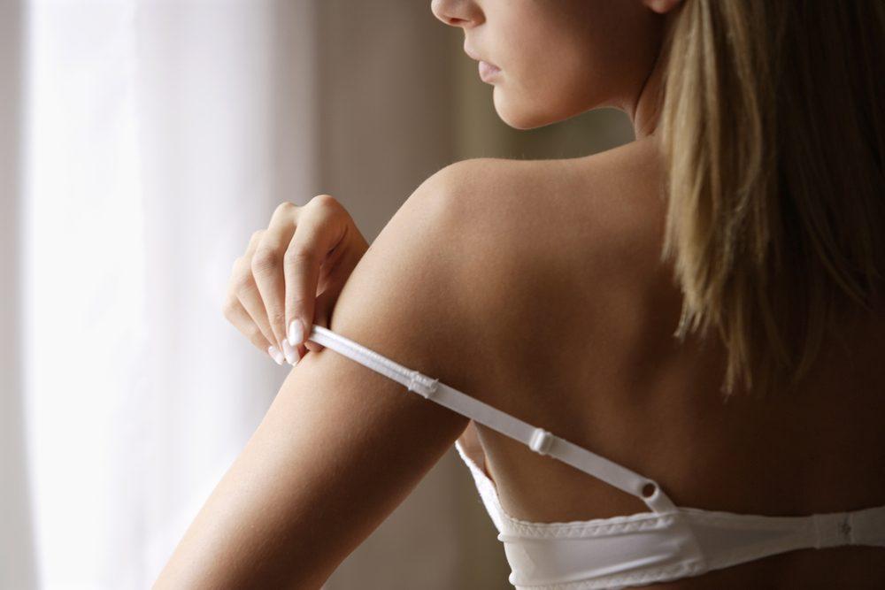 Pour le bureau, il vaut mieux éviter de porter un vêtement qui ne laisse pas paraître les bretelles du soutien-gorge.