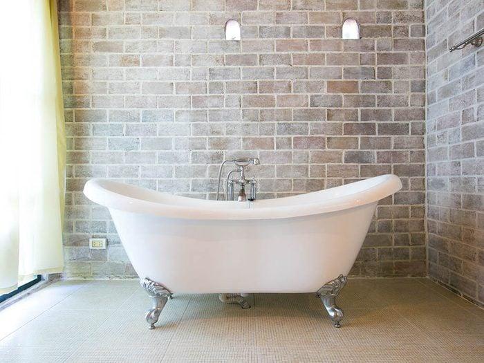 Servez vous du vinaigre pour nettoyer la baignoire.