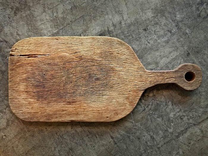 Le vinaigre peut être utilisé pour nettoyer une planche a découper.