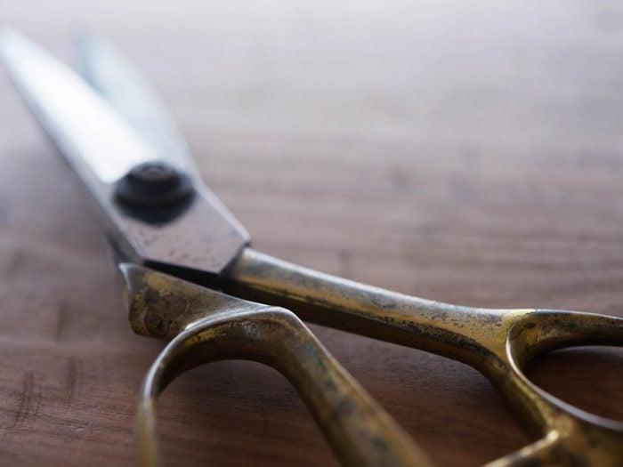 Le vinaigre peut servir à polir des ciseaux.