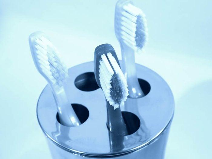 Servez vous du vinaigre pour nettoyer le support à brosse à dents.
