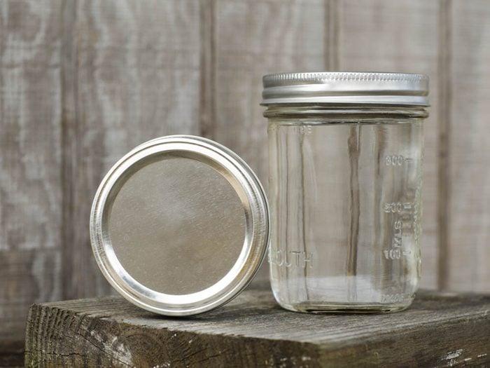 Le vinaigre sert à désinfecter les bocaux en verre.