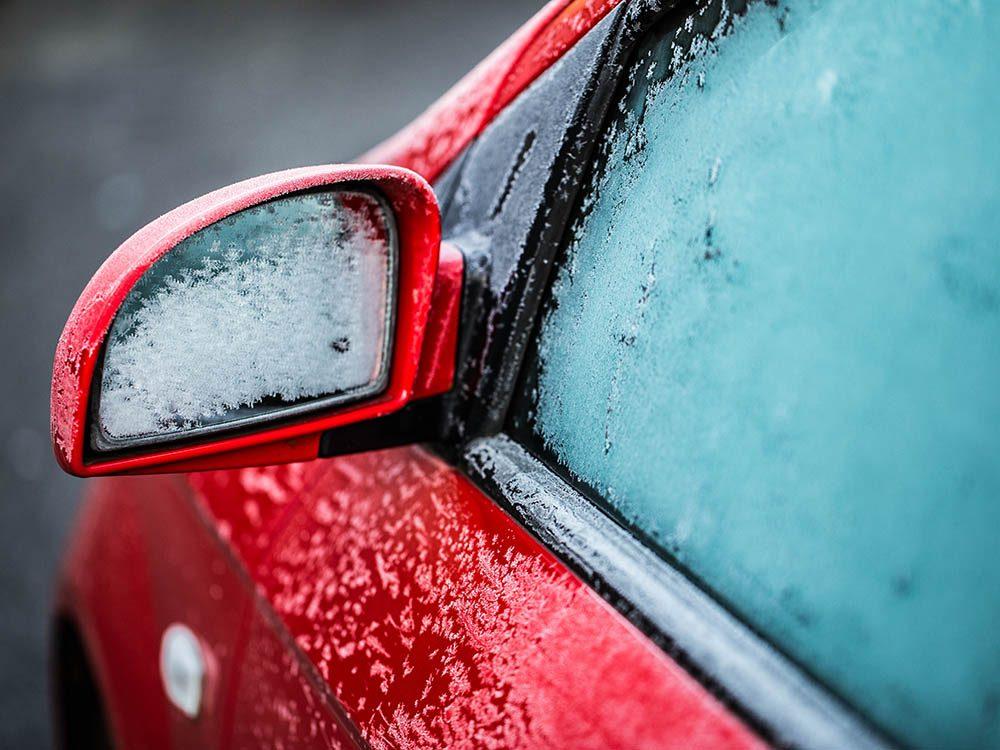 Le vinaigre peut être utilisé pour empêcher le givre de se déposer sur les vitres de la voiture.