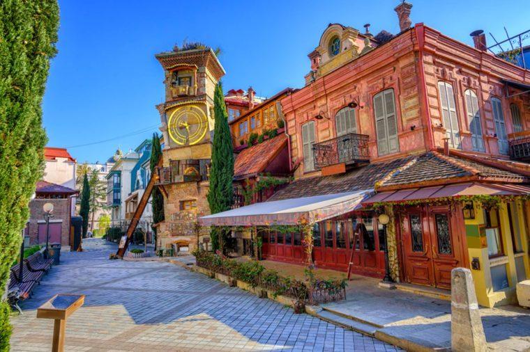 En plein milieu de la vieille ville de Tbilissi trône une nouvelle Tour de l'horloge tout à fait surprenante.
