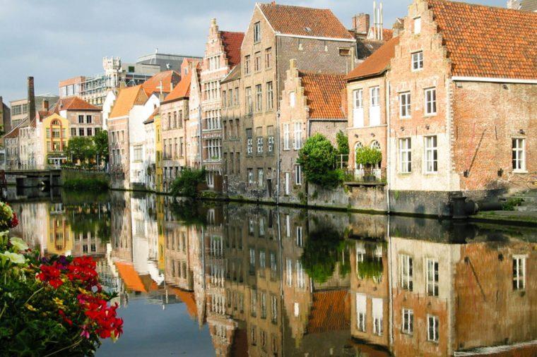Gand se situe pile entre Bruxelles et Bruges.