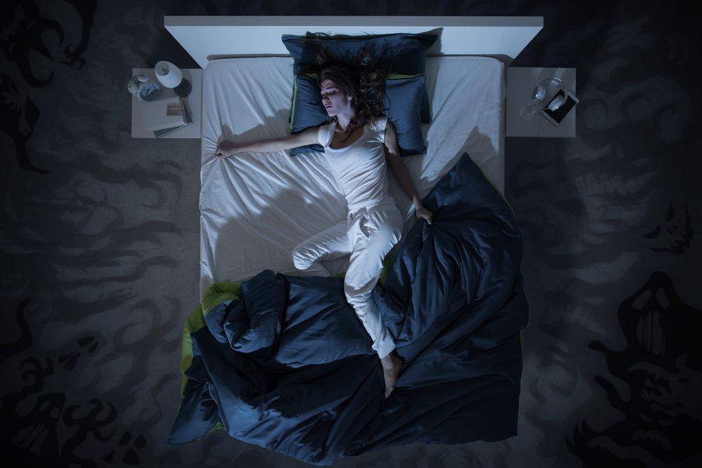 Le trouble du sommeil paradoxal se caractérise par des gesticulations durant les rêves, desquelles peuvent résulter des blessures.