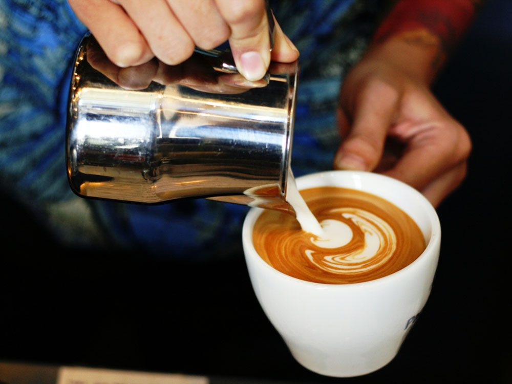 Pour couper 100 calories par jour, mettez du lait dans votre café plutôt que de la crème.