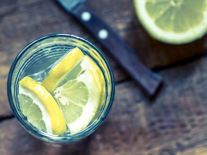 Pour couper 100 calories par jour, buvez de l'eau plutôt que des boissons gazeuses.